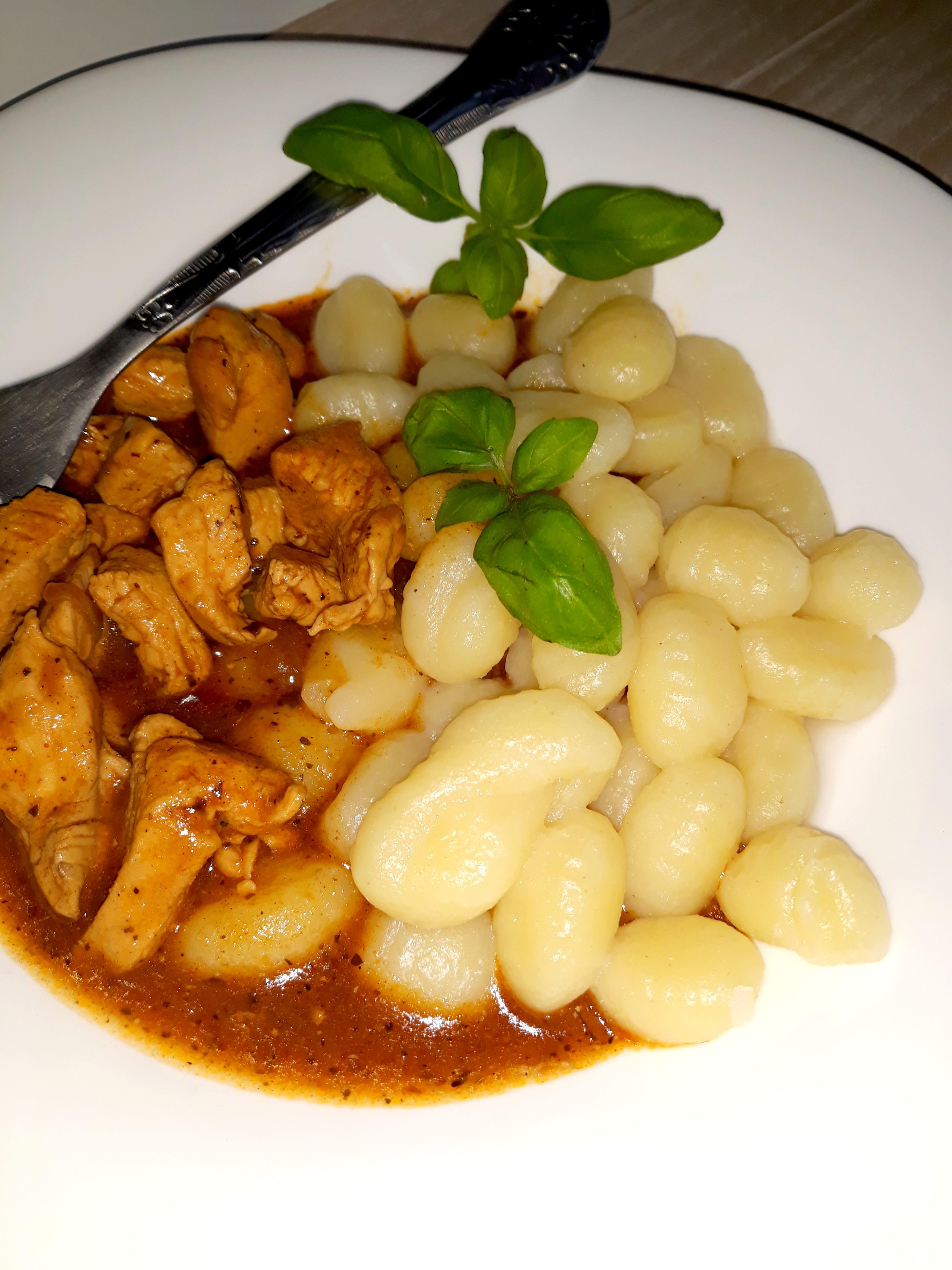Ziołowo-pomidorowy sos z kurczakiem i kluseczkami (gnocchi) (1)