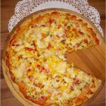 Domowa pizza na grubym cieście z kolorowym farszem