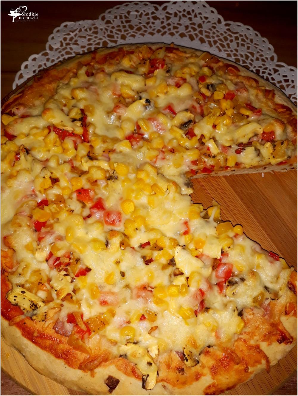 Domowa pizza na grubym cieście z kolorowym farszem (4)