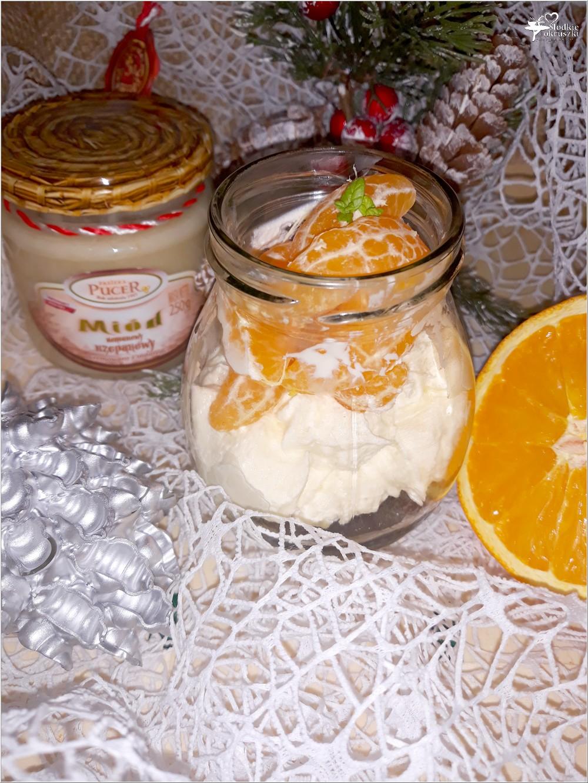 Mini miodowo-pomarańczowy serniczek z wisienkami i mandarynką (2)