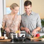 Jak urządzić przestrzeń kuchenną, czym kierować się przy wyborze AGD i jak zaoszczędzić?