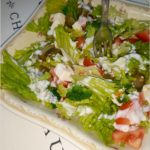 Lekka sałatka z brokułami i kozim serem solankowym (w jogurtowo-czosnkowym sosie)
