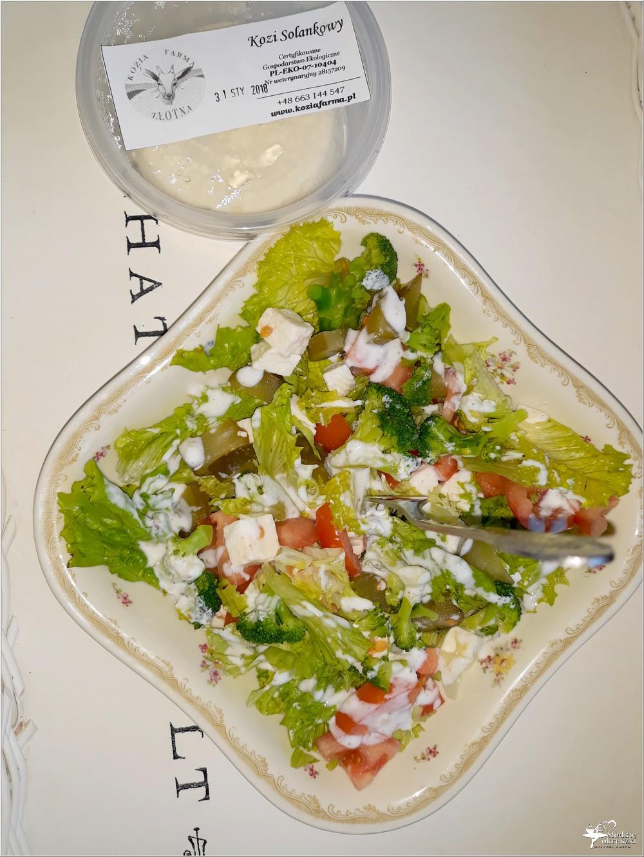Lekka sałatka z brokułami i kozim serem solankowym (w jogurtowo-czosnkowym sosie) (4)