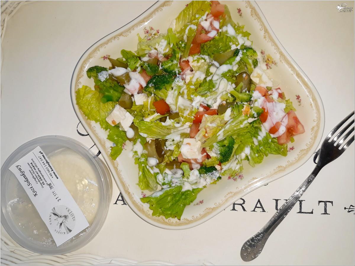 Lekka sałatka z brokułami i kozim serem solankowym (w jogurtowo-czosnkowym sosie) (5)
