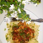 Penne z kurczakiem w sosie pomidorowo-pieczarkowym