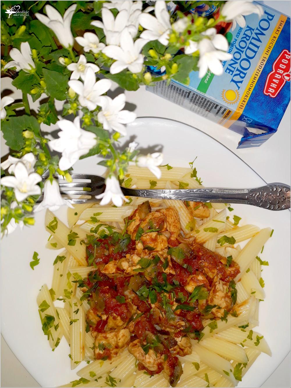 Penne z kurczakiem w sosie pomidorowo-pieczarkowym (2)