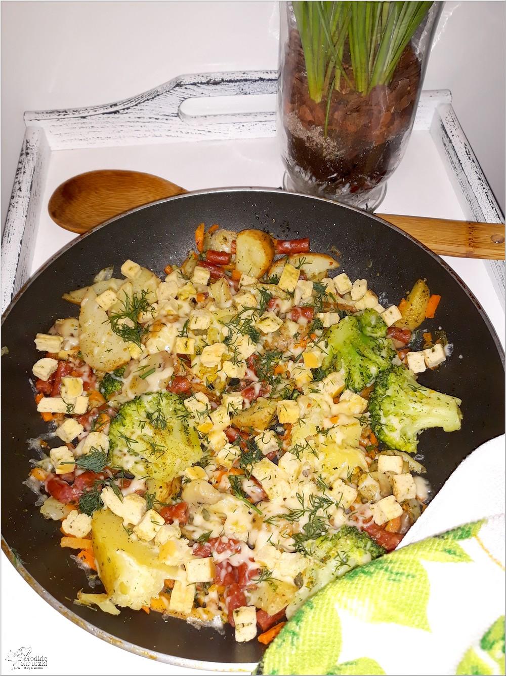 Mix warzyw z czosnkowymi grzankami i kabanosem (1)