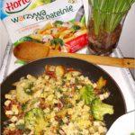 Mix warzyw z czosnkowymi grzankami i kabanosem
