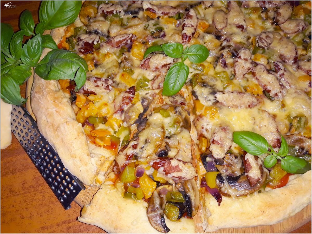 Prosta domowa pizza z kolorowym farszem (1)