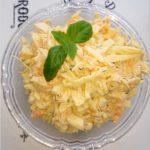Pyszna surówka obiadowa z białej kapusty z koperkiem, marchewką i majonezem.