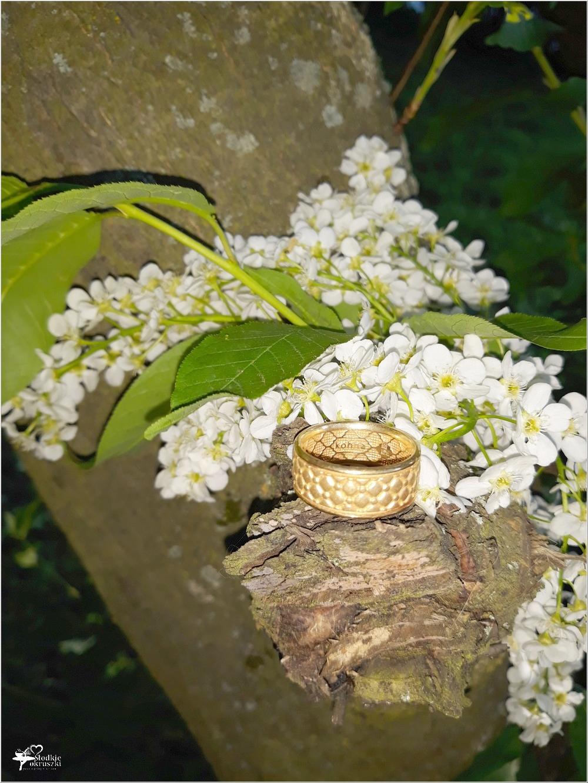 Pozłacana obrączka Chesterfield Gold z kolekcji Kohha Elegance (2)