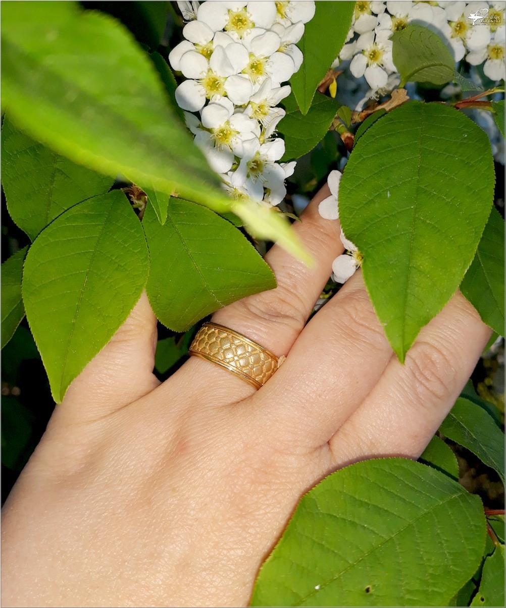 Pozłacana obrączka Chesterfield Gold z kolekcji Kohha Elegance (4)