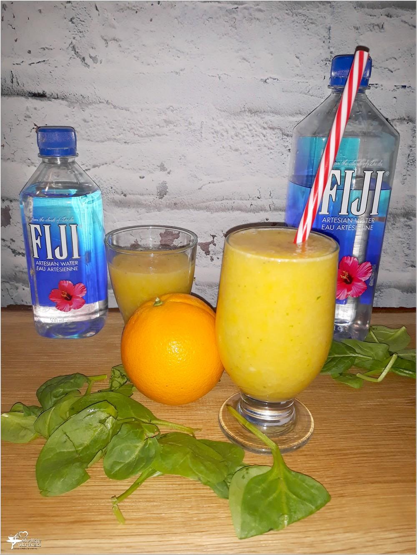 Złote smoothie przygotowane na bazie owoców i artezyjskiej wody fiji zdrowo i pysznie
