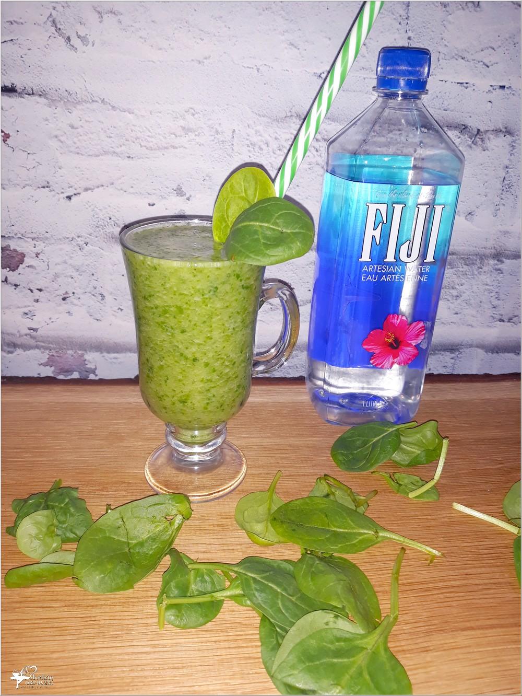 zielone smoothie dla dzieci i dorosłych w składzie szpinak słodkie owoce i woda fiji