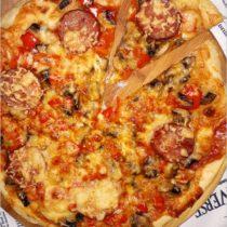 Na obiad, na imprezę. Prosta i szybka a la pizza na cienkim cieście (1)