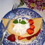 Waniliowe naleśniki z truskawkami i bitą śmietaną