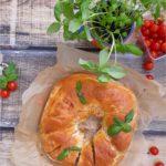 Drożdżowy wieniec z polędwicą drobiową i serami