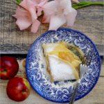 Naleśniki z plasterkami karmelizowanych jabłek