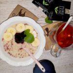Śniadaniowa owsianka i łyk waniliowej herbaty