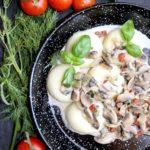 Kluski śląskie z sosem pieczarkowym i kabanosami