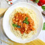 Spaghetti z prostym sosem pomidorowym z mięsem i papryką