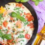 Śniadaniowa patelnia – Jajka sadzone na pieczarkach i pomidorach