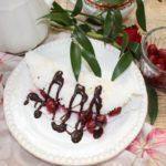 Deser z tapioki z wiśniami i sosem czekoladowym