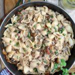 Makaron w grzybowym sosie z dodatkiem pikantnych kabanosów