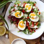 Wielkanocna sałatka z kiełbaskami chrzanowymi, jajkiem i sosem chrzanowym