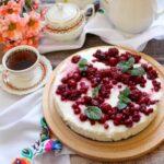Sernik z białą czekoladą i owocami – idealny do kawy