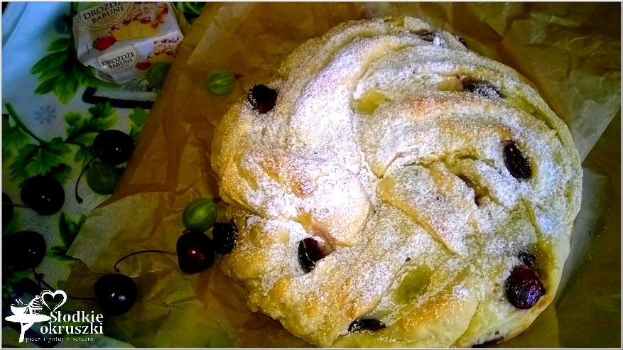 Drożdżowe ciasto wieniec z nadzieniem serowo kokosowym i owocami