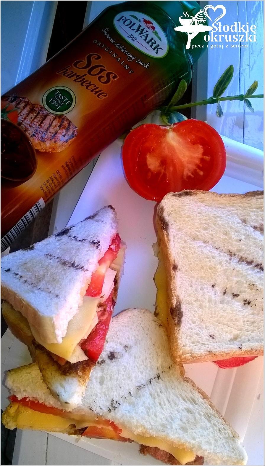 Grillowane kanapki z kiełbasą, serem i pomidorem