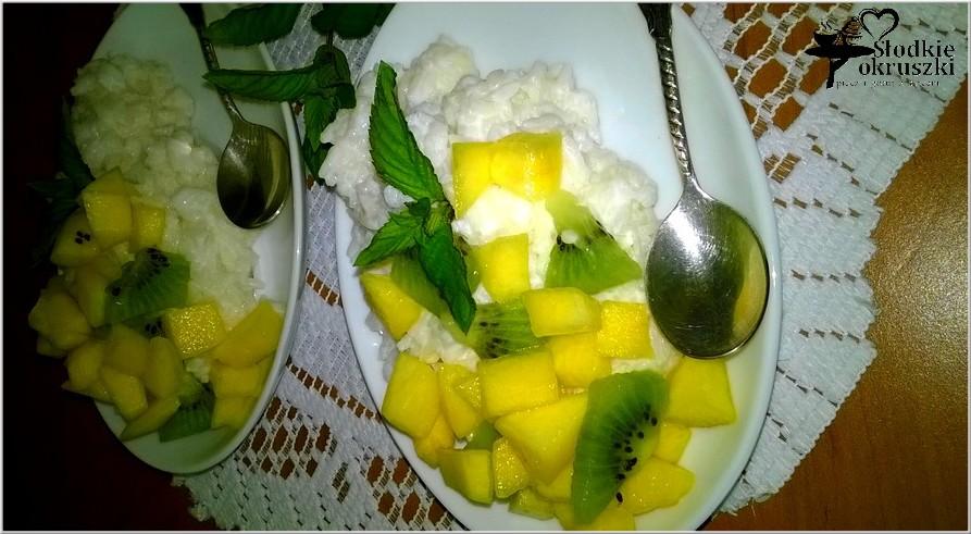 Jogurtowy ryż miętowy z owocami.