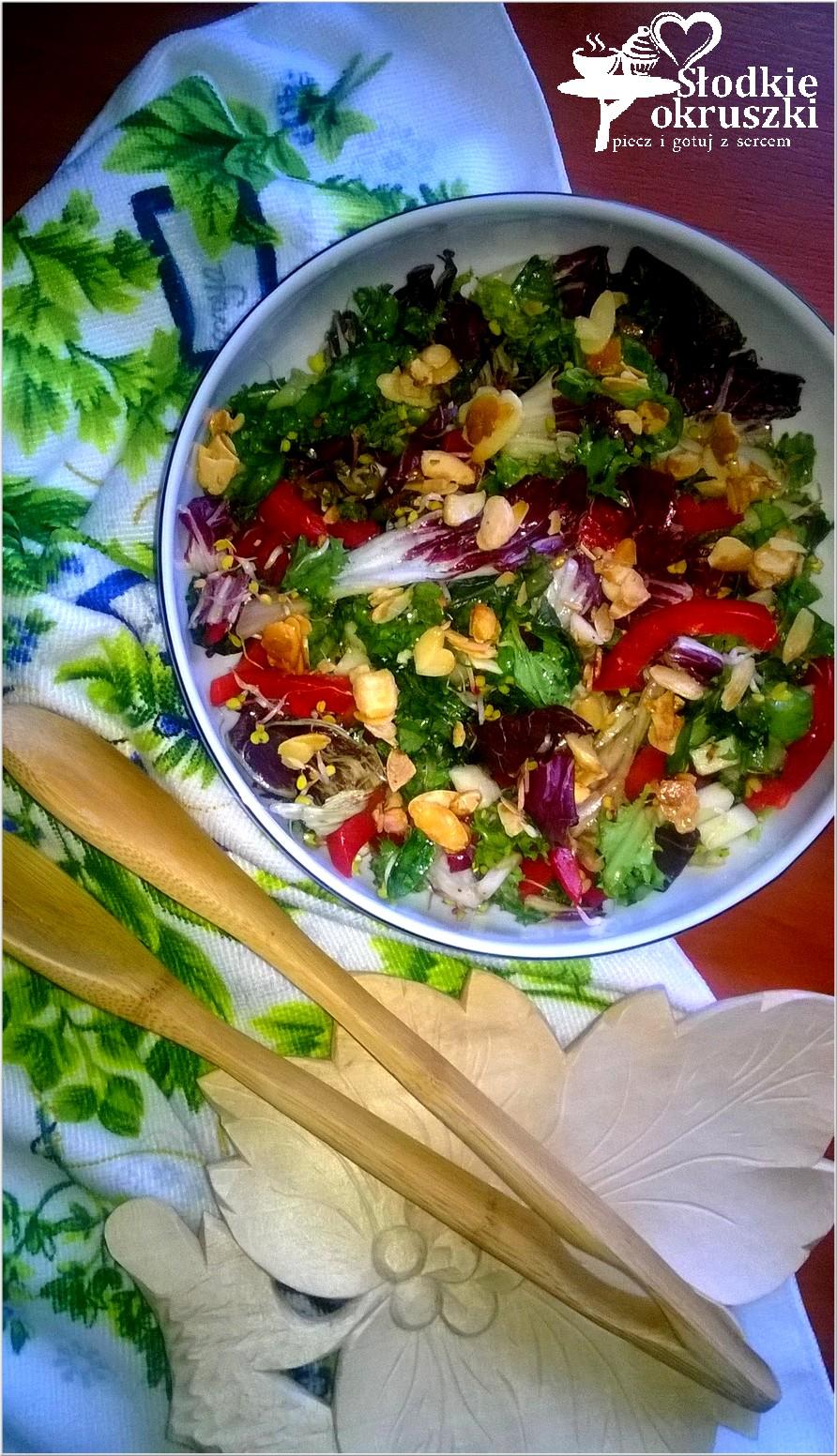 Kolorowa sałatka z miodowymi migdałami