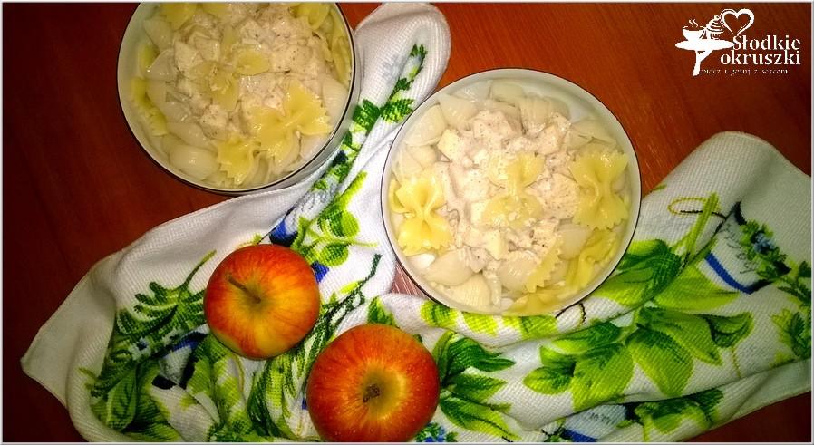 Makaron w lekkim kokosowo-cynamonowym sosie z jabłkiem.