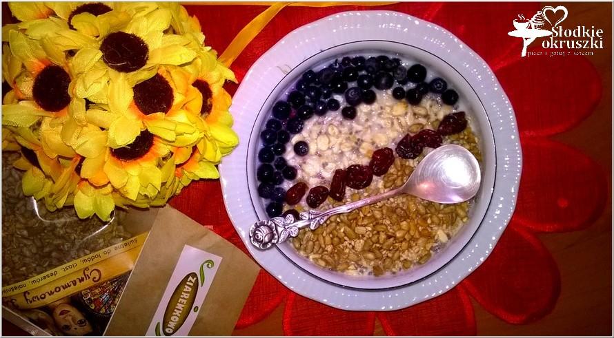 Nocna owsianka z owocami, nasionami chia, ziarenkami i żurawiną 3