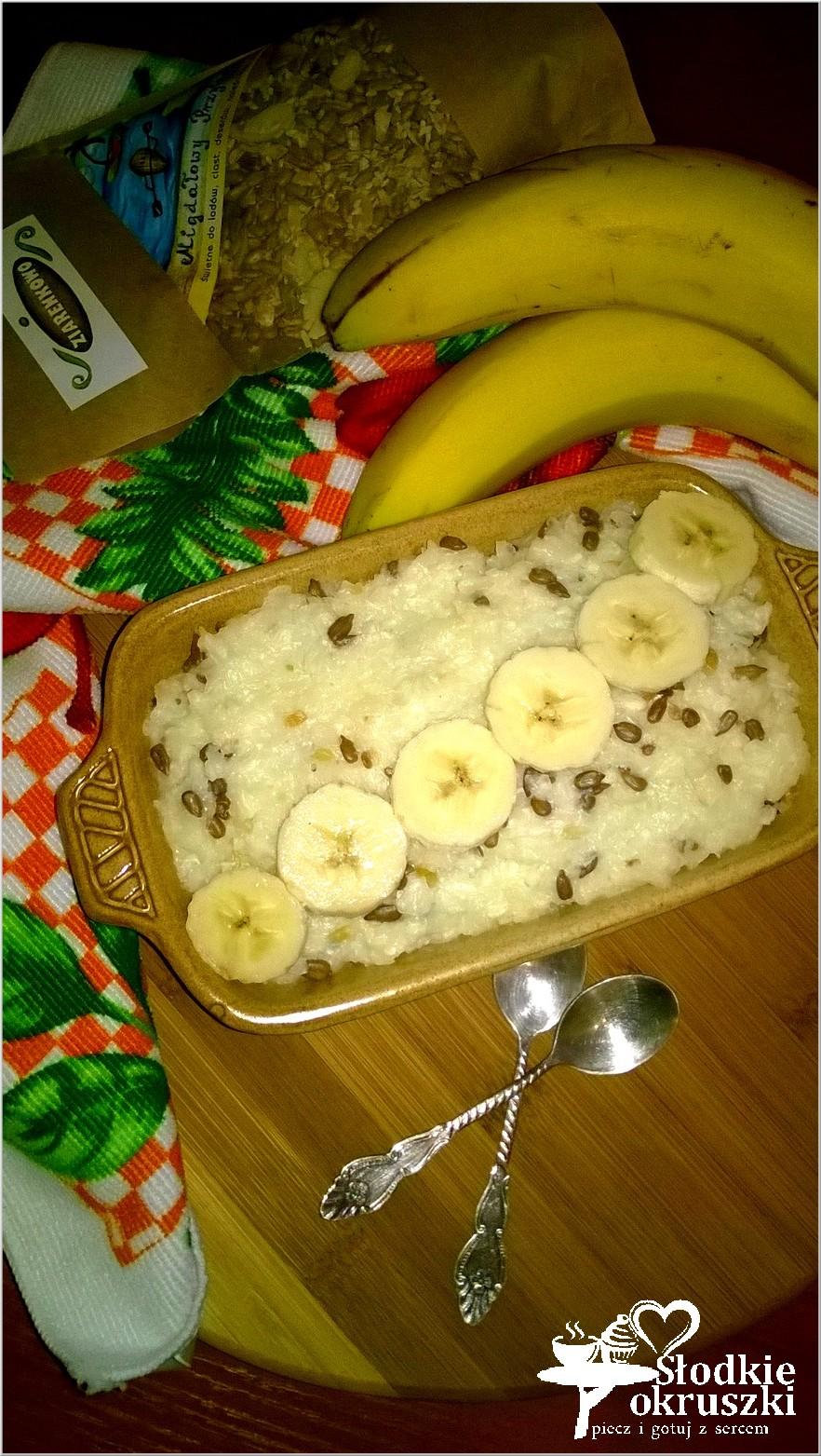 Pyszna zapiekanka ryżowa z bananami i migdałowymi ziarenkami 2