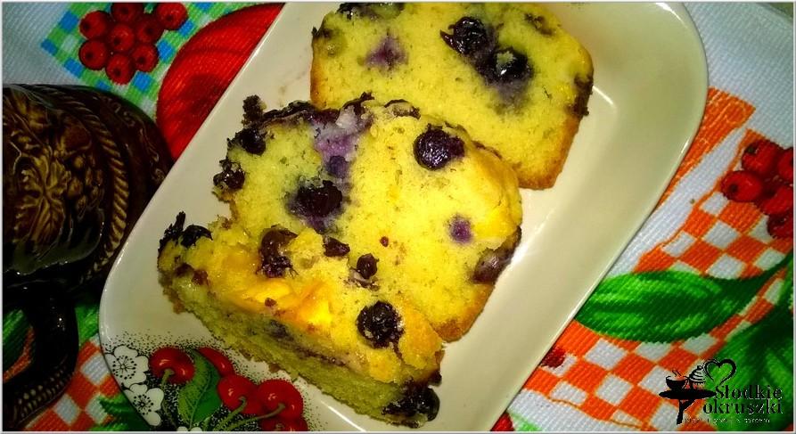 Pyszne ucierane ciasto owocowe. Ciasto z nektarynkami i borówkami.