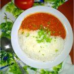 Ryż z pomidorowym sosem ziołowym. Pyszny i szybki obiad.