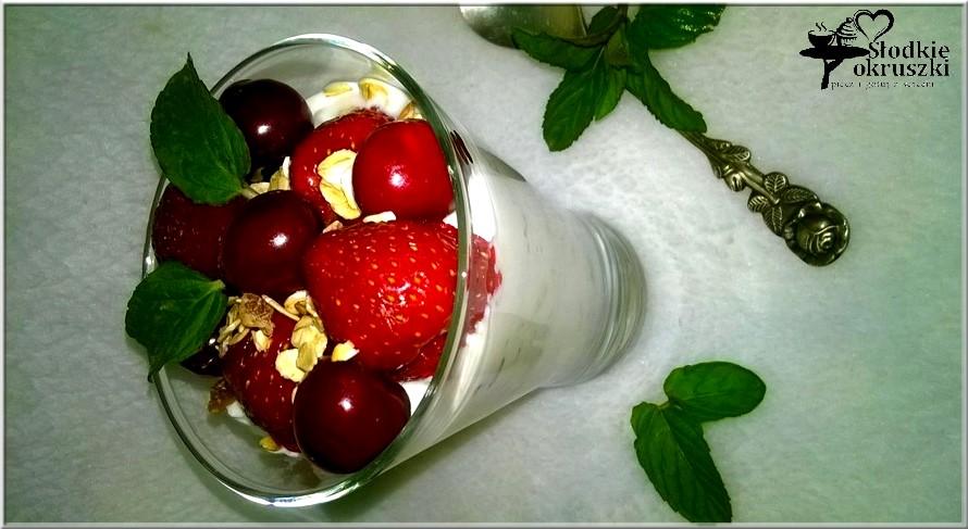 Szybki serowy deser z musli i owocami