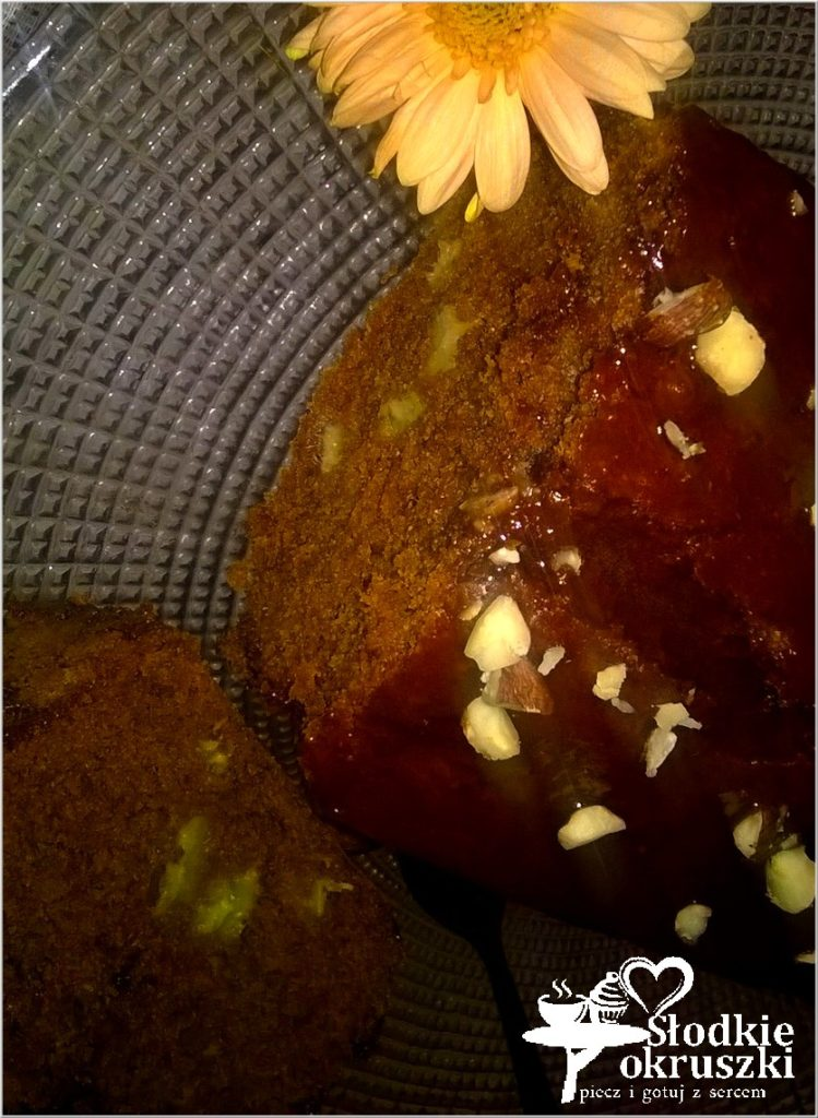 Szybkie ciasto czekoladowe z bananami i orzechami - po przekrojeniu