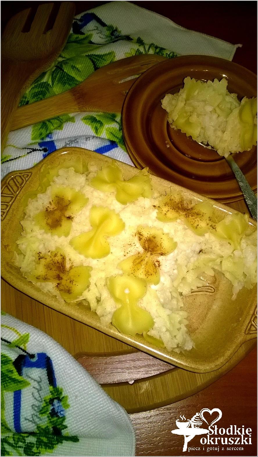 Zapiekane kokardki makaronowe z jabłkiem, ryżem i cynamonem.