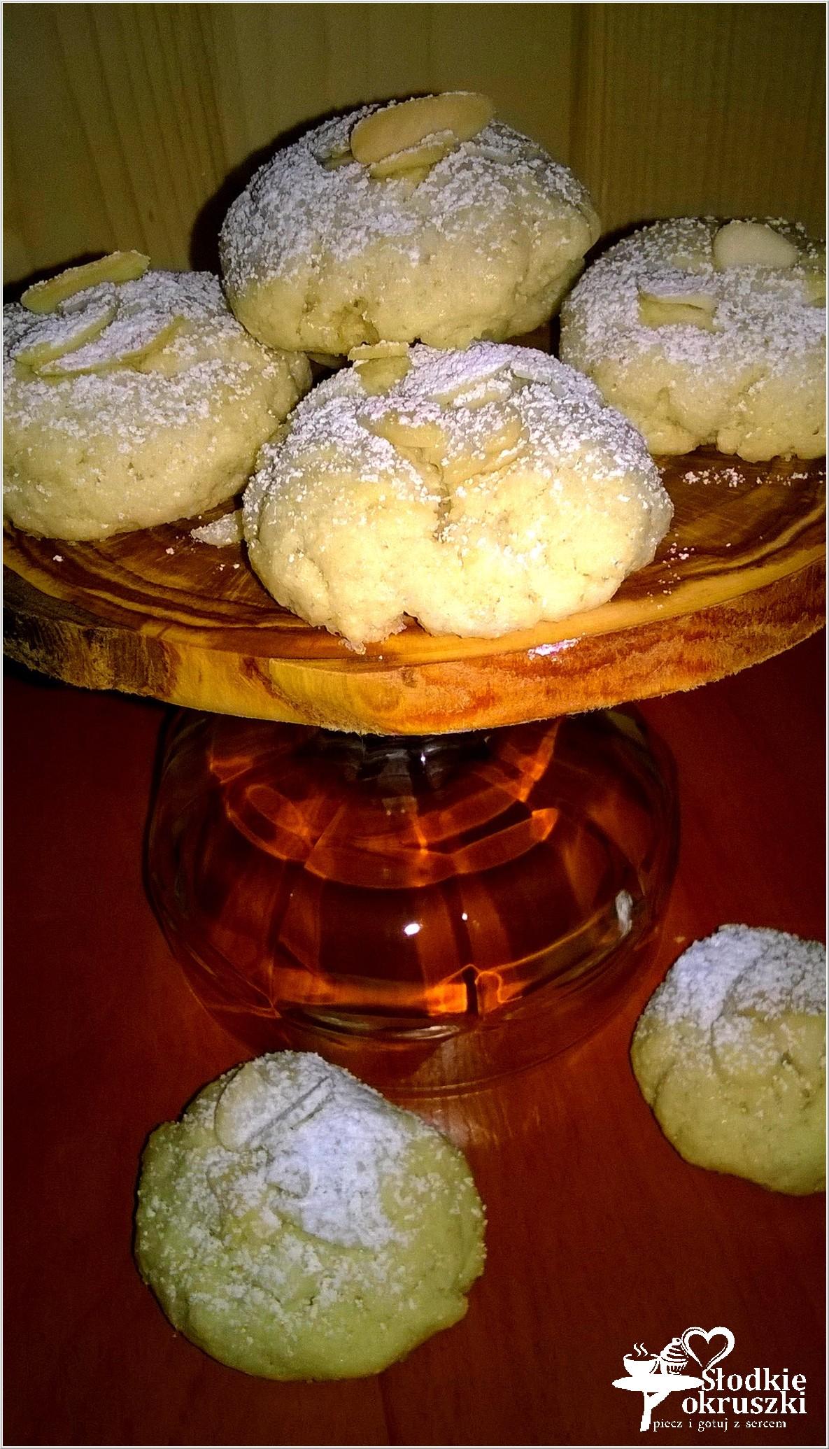 Delikatnie cynamonowe ciasteczka z kaszy manny z płatkami migdałowymi