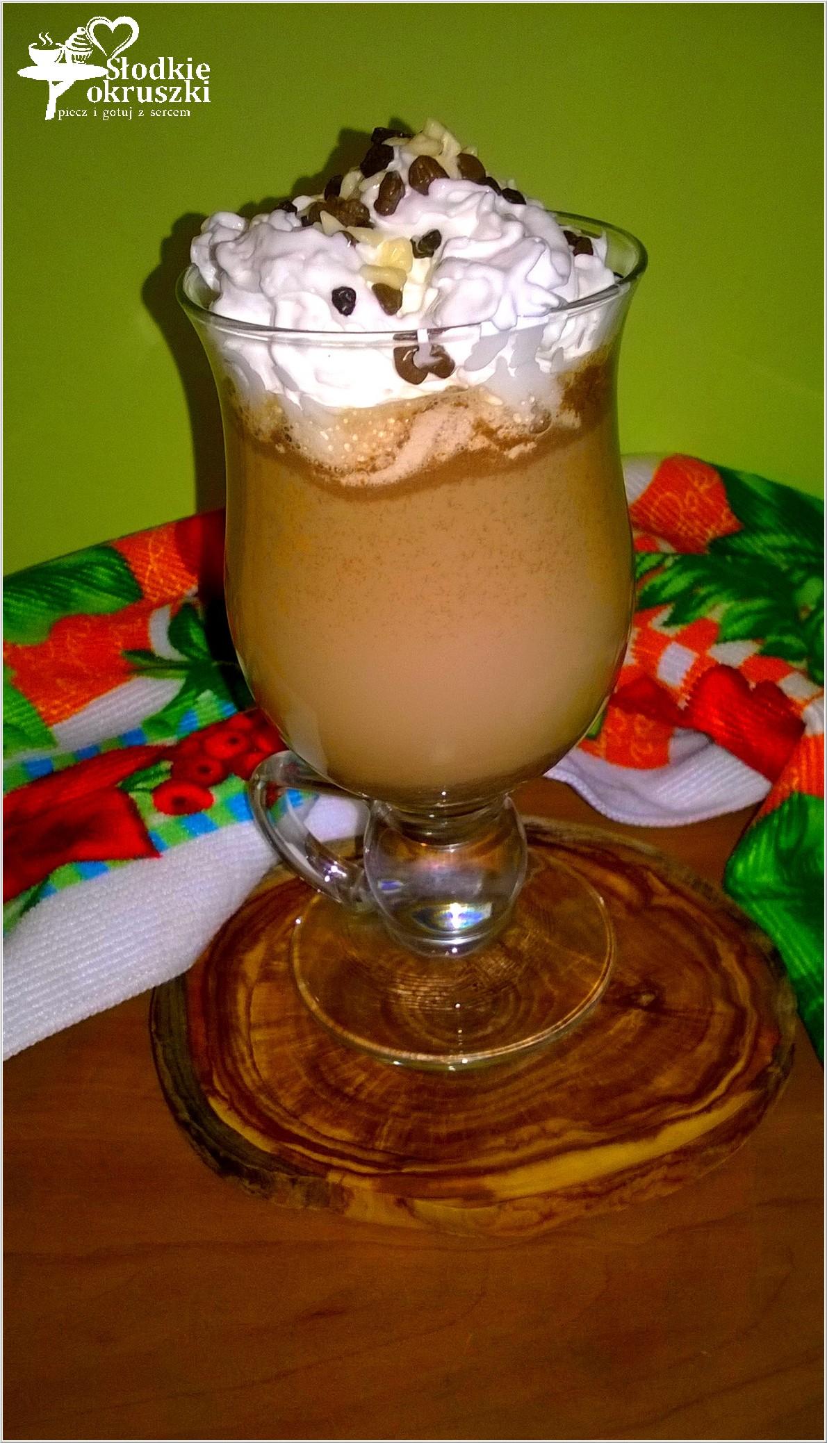 Kawa marcepanowa z czekoladą i bitą śmietaną (1)