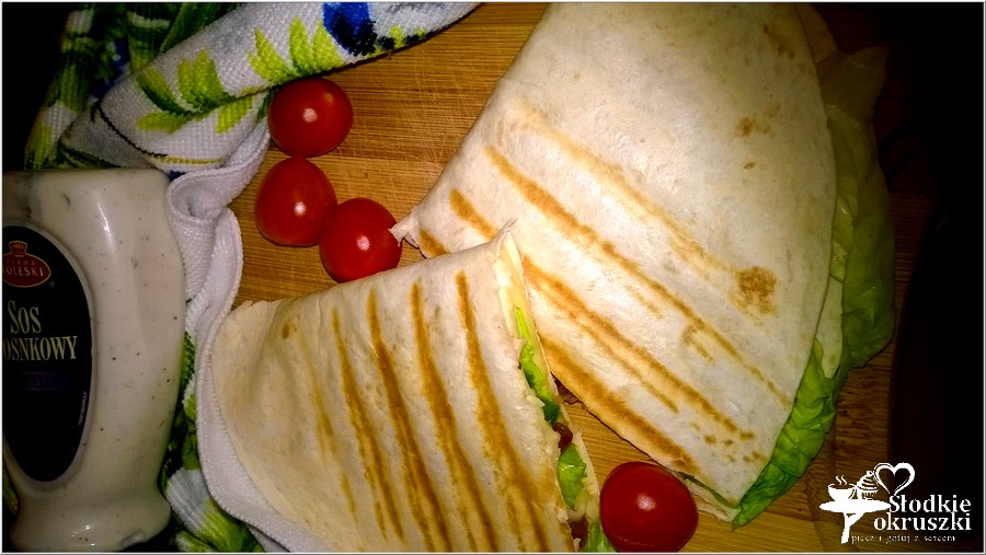Pyszna grillowana tortilla z kabanosem i dodatkami (1)