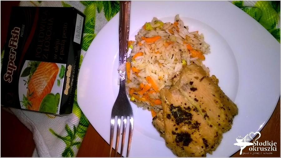 Ryż z marchewką podany z polędwicą z łososia (1)