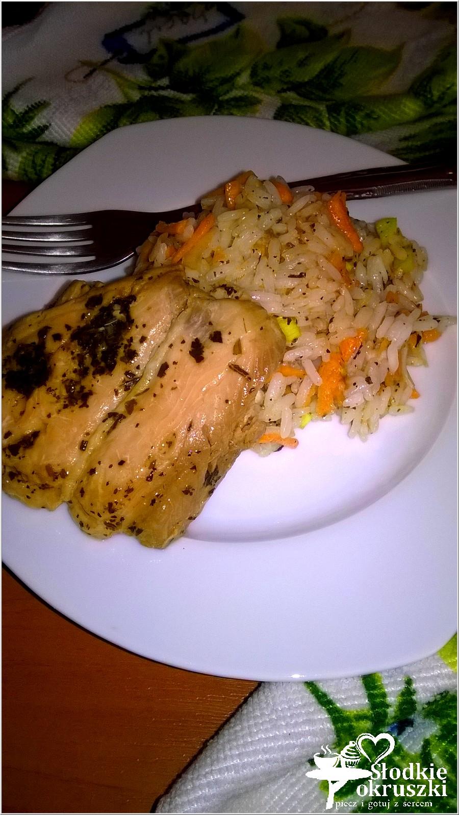 Ryż z marchewką podany z polędwicą z łososia (2)