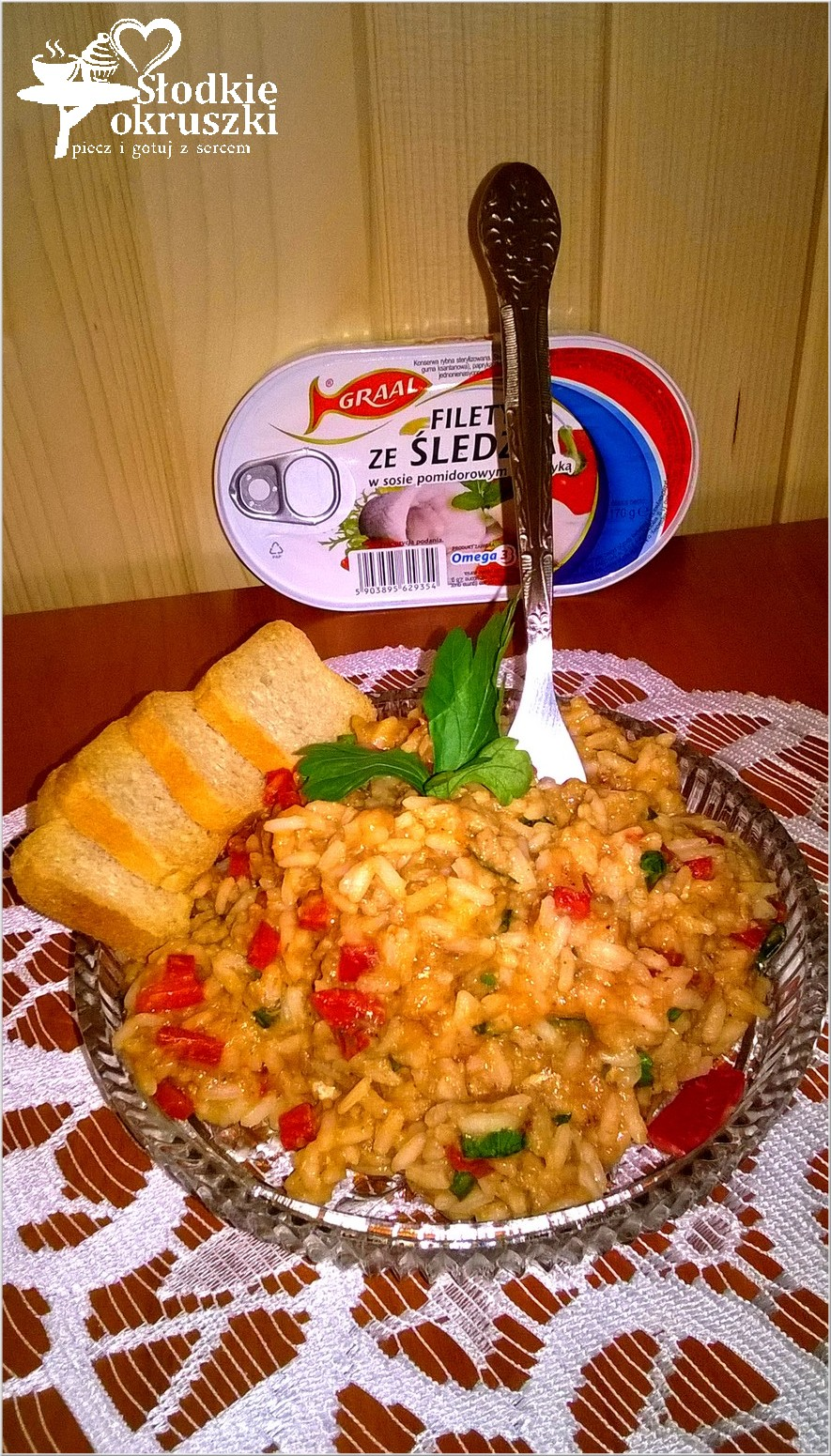 Ryżowa sałatka z papryką i filetami ze śledzia 2