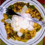 Ryżowe muszelki makaronowe w mięsno-grzybowym sosie