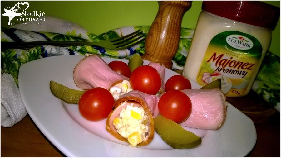 Sałatka podana w wędlinie z pomidorkami i ogórkiem (1)